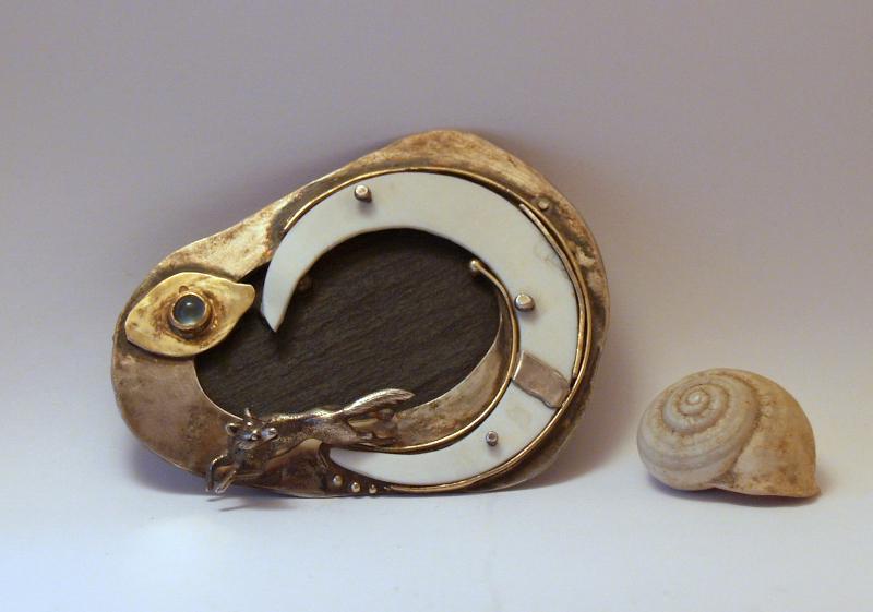 Brosche, Silber, Gold, Schiefer, Elfenbein, , Mondstein; Größe ca. 6 x 4 cm.