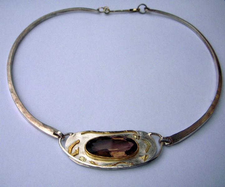 Halsschmuck; Gold, Silber, Edelstein.