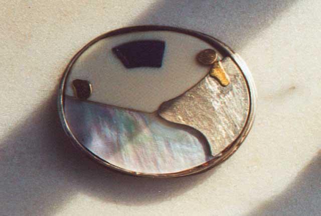 Brosche | Silber, Gold, Elfenbein, Perlmutt, Lapis Lazuli
